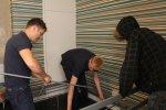 mężczyźni remontujący mieszkanie