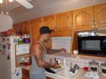 człowiek gotujący w kuchni