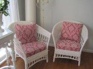 białe fotele z poduszkami